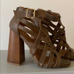 Brown sandals with chunky heel! Size 8 w